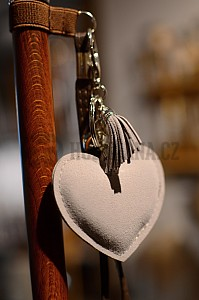 Ozdobné srdce na poutko v šedé barvě